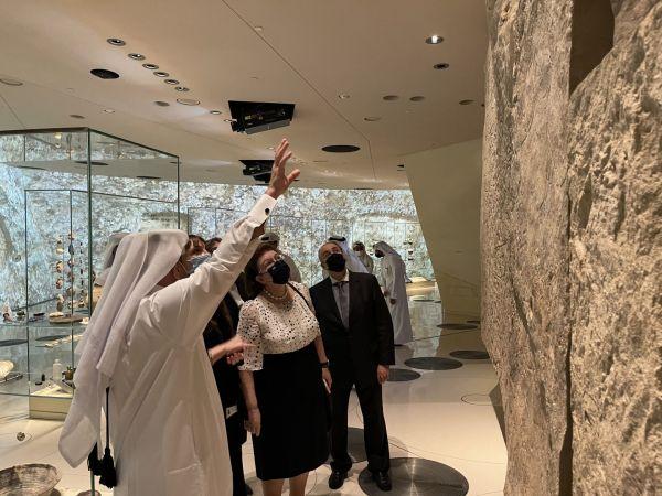 Ο Ηνίοχος των Δελφών στον σταθμό του Μετρό στο διεθνές αεροδρόμιο της Ντόχα