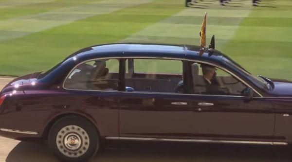 Φίλιππος : Συντετριμμένη η βασίλισσα Ελισάβετ συνοδεύει την πομπή με το φέρετρο του πρίγκιπα