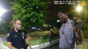 ΗΠΑ: Επαναπροσλήφθηκε αστυνομικός που σκότωσε πισώπλατα Αφροαμερικανό – Δεν τηρήθηκε η σωστή διαδικασία αποπομπής του