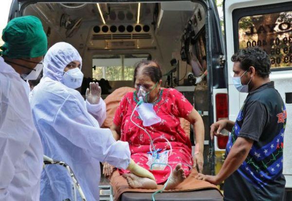 Κοροναϊός – Ινδία: Αρνητικό ρεκόρ θανάτων και αγώνας για εξασφάλιση οξυγόνου