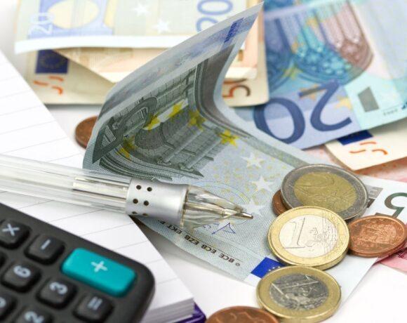 Μειώνεται η προκαταβολή φόρου – Καταργείται η εισφορά αλληλεγγύης για το 2022