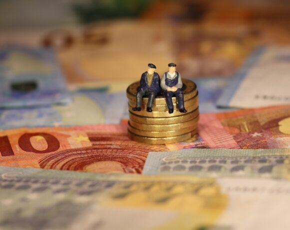 Αυξήσεις στις συντάξεις – αναδρομικά: Όλες οι ημερομηνίες για τις πληρωμές (vid)