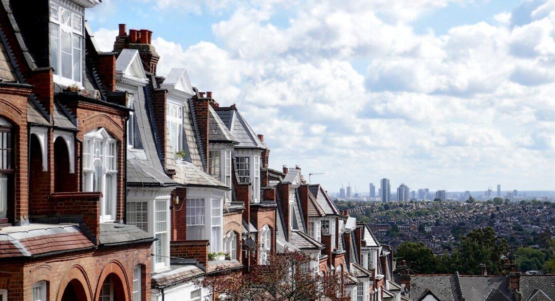 Βρετανία: Σε ρεκόρ 7ετίας η αύξηση των τιμών κατοικιών