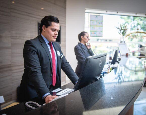 Συν-Εργασία: Επιδότηση 100% στις εισφορές και για ξενοδοχεία 12 μηνης λειτουργίας