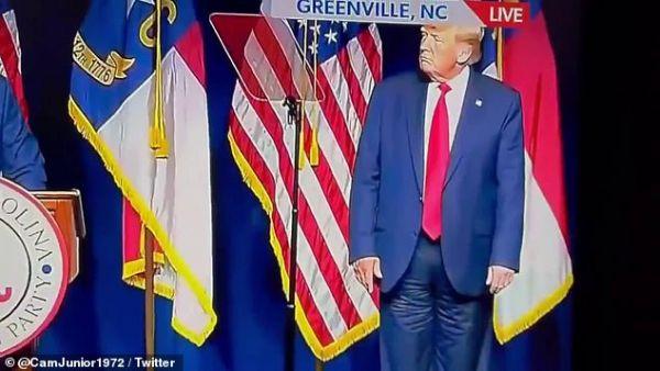 Τραμπ: Χαμός στα social media με το παντελόνι του – Το φορούσε τελικά ανάποδα ή όχι;