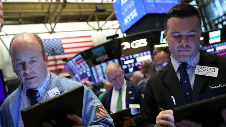Wall Street: Στα «κόκκινα» ο Dow Jones – Υποχωρεί 255 μονάδες