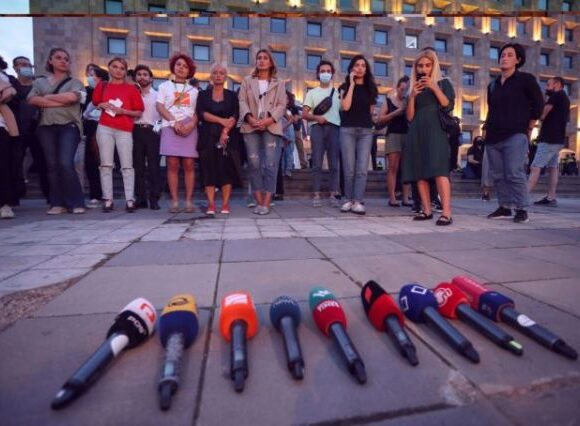 Γεωργία: Χιλιάδες άνθρωποι διαδήλωσαν στη χώρα μετά το θάνατο δημοσιογράφου