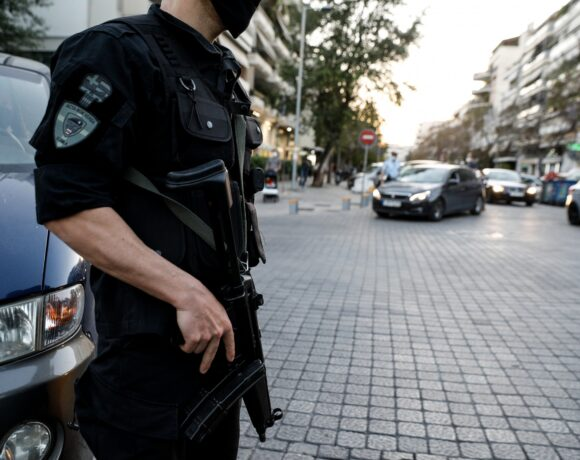 Εξαρθρώθηκε σπείρα που εξαπατούσε εμπόρους σε όλη την Ελλάδα – Συνελήφθησαν 15 άτομα