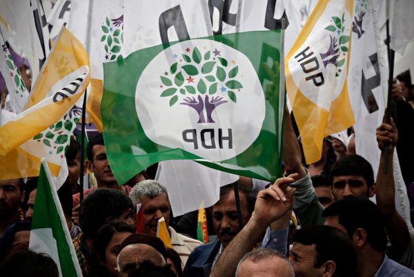 Ο Ερντογάν προσπαθεί να κερδίσει τις ψήφους των Κούρδων την ώρα που εντείνει την καταστολή εναντίον τους