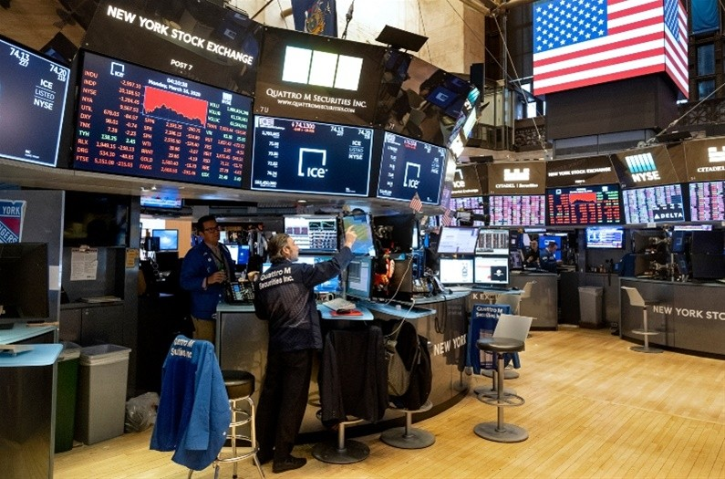 Wall Street: 300 μονάδες υποχωρεί ο Dow Jones