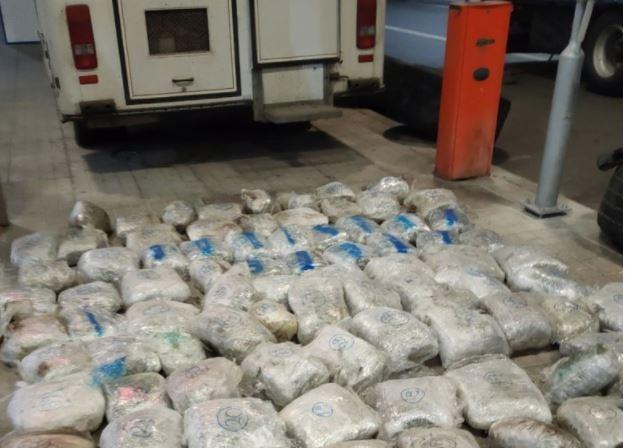 ΑΑΔΕ: Μπλόκο σε φορτηγό με 90 κιλά κάνναβη (vid)