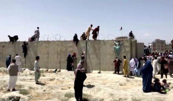 Αφγανιστάν – Οι Ταλιμπάν καλούν τους πολίτες να παραδώσουν τα όπλα – Σφοδρές μάχες