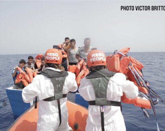 Μετανάστες – Νέο θρίλερ στη Μεσόγειο – Διασώθηκαν 85 άτομα που ήταν σε ξύλινο πλεούμενο