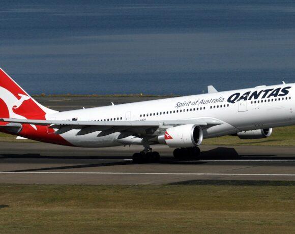 Qantas: Υποχρεωτικός o εμβολιασμός κατά της COVID-19 για το προσωπικό της