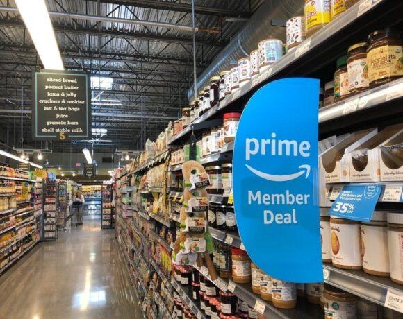 Amazon: Πόσο αυξάνει το κατώτατο ωρομίσθιο – Πόσες χιλιάδες νέες θέσεις εργασίας ανοίγει