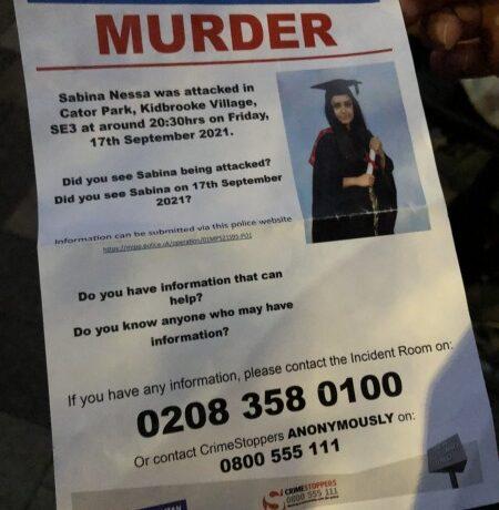 Βρετανία – Εκατοντάδες Λονδρέζοι συμμετείχαν σε αγρυπνία στη μνήμη της 28χρονης δασκάλας που δολοφονήθηκε