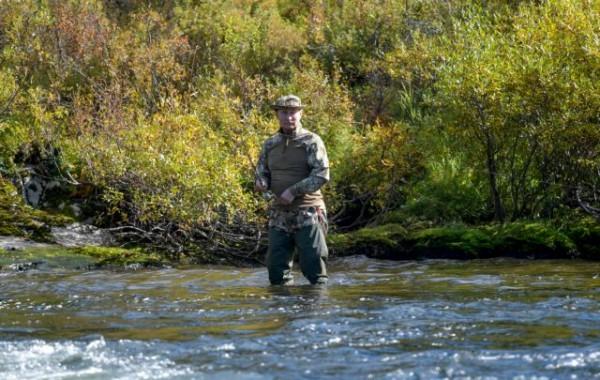 Δείτε φωτογραφίες με τον Πούτιν να ψαρεύει στη Σιβηρία