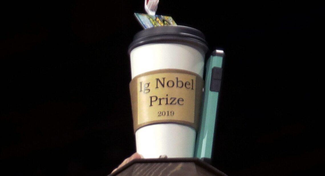 ΗΠΑ – Ποιοι κέρδισαν τα «Νόμπελ» του τρελού επιστήμονα – Ο κρεμασμένος ρινόκερος και το ξεβούλωμα μύτης μέσω οργασμού