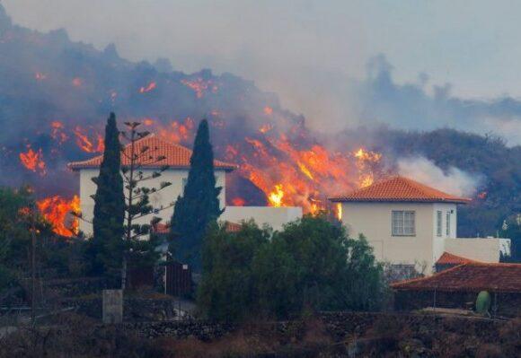 Ισπανία – Χιλιάδες κάτοικοι της Λα Πάλμα εγκατέλειψαν τις εστίες – Λάβα εκλύεται από το ηφαίστειο Κούμπρε Βιέχα