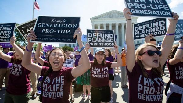 Κατακραυγή για νόμο του Τέξας που καλεί πολίτες να γίνουν «κυνηγοί των αμβλώσεων»