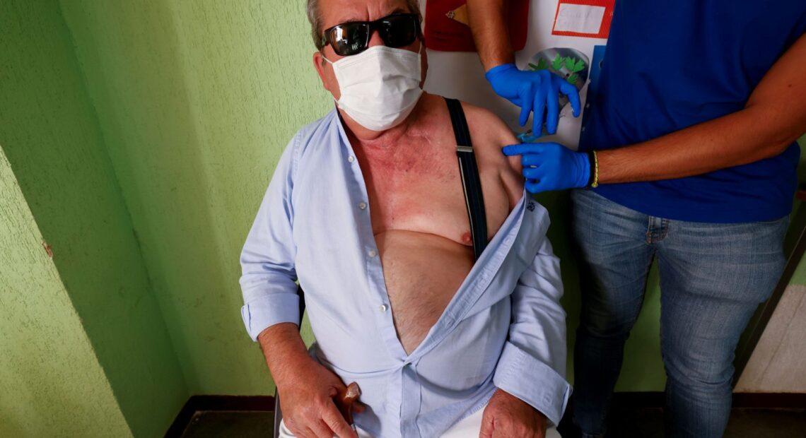 Κύπρος – Ξεκινούν να εμβολιάζουν και ηλικιωμένους με την τρίτη δόση – Ποιο το ηλικιακό όριο