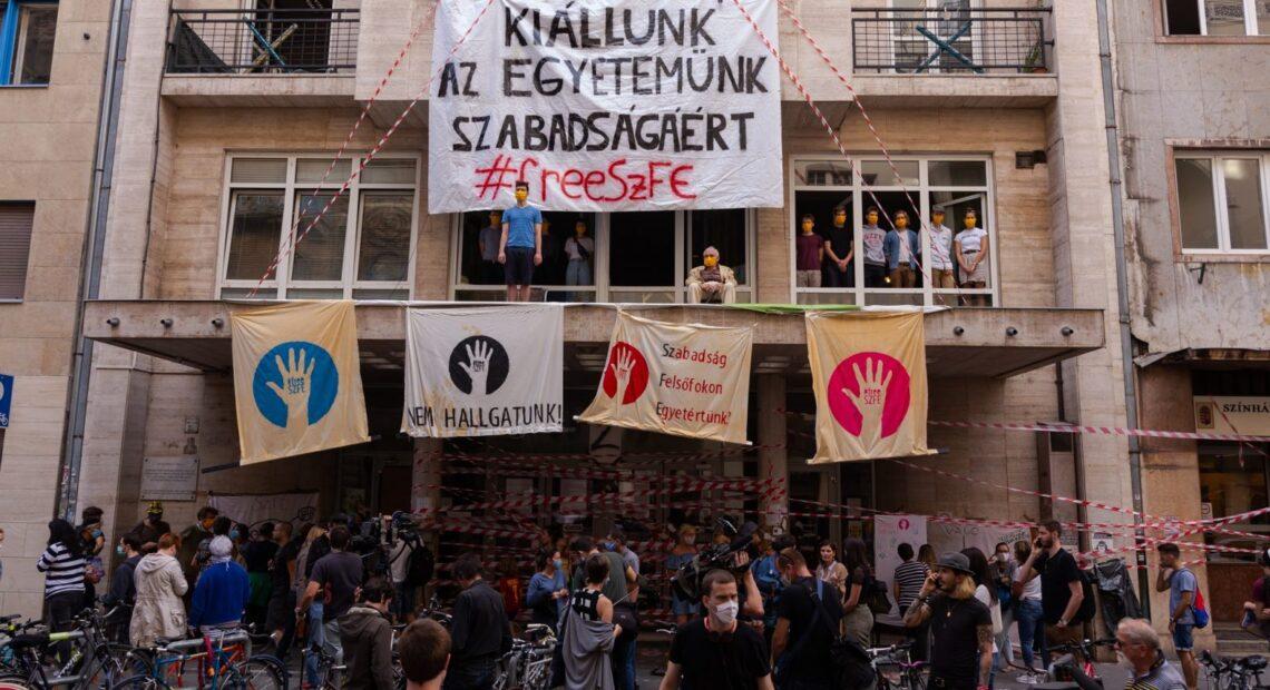 Ο Αστερίξ και οι Ούγγροι – Μια χούφτα φοιτητών και καθηγητών αντιστέκονται στον Ορμπαν