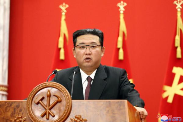 Βόρεια Κορέα – Στρατιώτες δέχονται χτυπήματα με βαριοπούλες και ξαπλώνουν σε σπασμένα γυαλιά υπό το βλέμμα του Κιμ Γιονγκ Ουν
