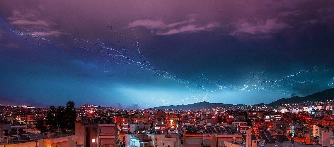 Καιρός: Αστραπές και έντονη βροχή σε όλη τη χώρα – Πάνω από 15