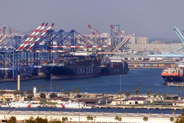 «Μποτιλιάρισμα» και πολυήμερες καθυστερήσεις στα λιμάνια των ΗΠΑ – Διευρύνεται το ωράριό τους