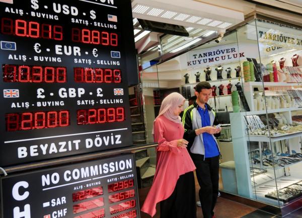 Ο Ερντογάν επιμένει στο ρίσκο του με τα επιτόκια καταβαραθρώνοντας την τουρκική λίρα