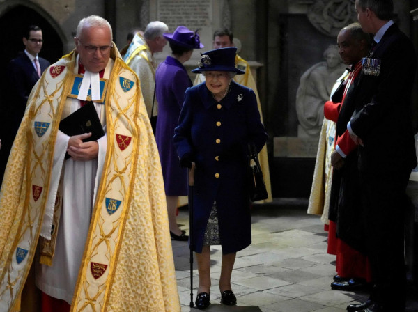 Χαμός στη Μεγάλη Βρετανία – Με μπαστούνι η Βασίλισσα Ελισάβετ μετά από 18 χρόνια