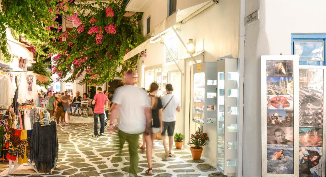 Tourism Comeback Boosts July Retail Trade in Greece